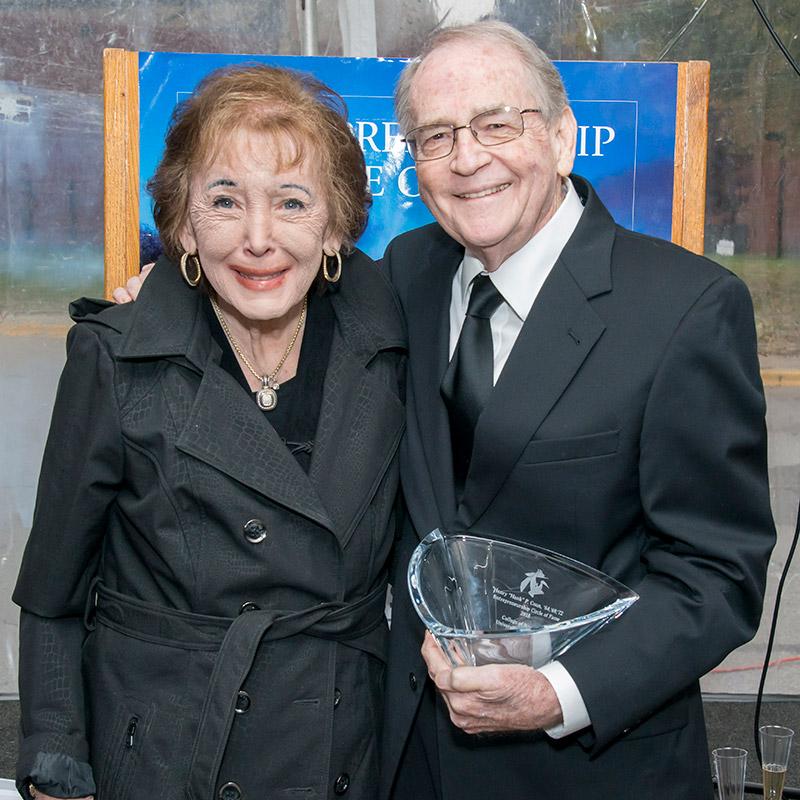 Hank Conn und seine Frau nehmen den Preis entgegen und treten dem College of Business Circle of Fame 2018 bei