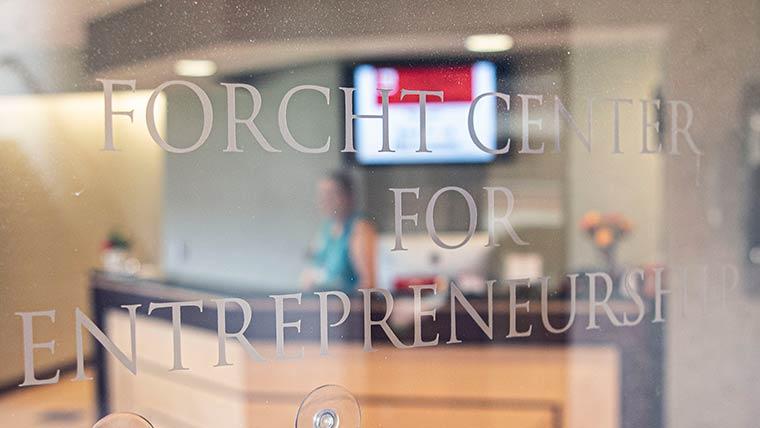 激光蚀刻到大厅窗户的福希特企业精神中心标志的特写镜头