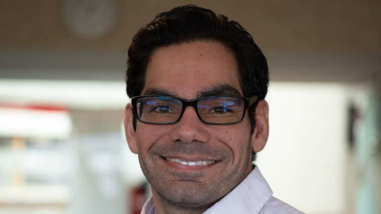 प्रमुख UofL प्रोफेसर जोस फर्नांडीज, ड्रमंड में पीएचडी