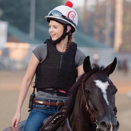 Pferdestudent reitet auf einem Pferd in Churchill Downs