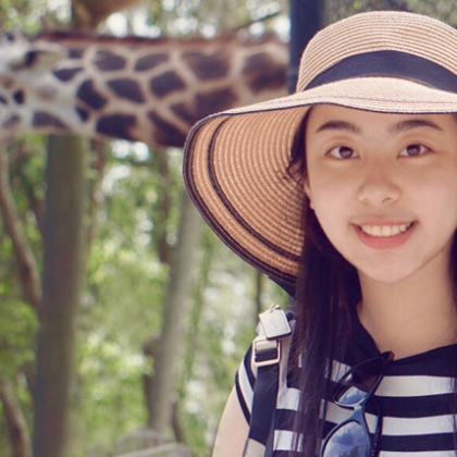 Ruomei Wang and giraffe