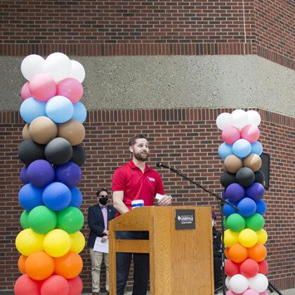 Thomas Teague spricht beim College Pride Banner Event im April 2021
